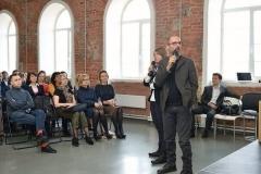 Intreprete del designer italiano Lorenzo Palmeri alla conferenza a San Pietroburgo