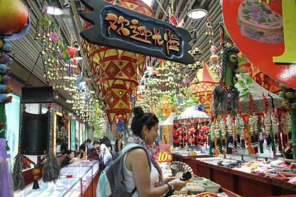 Китай. Пекин. На рынке сувениров.