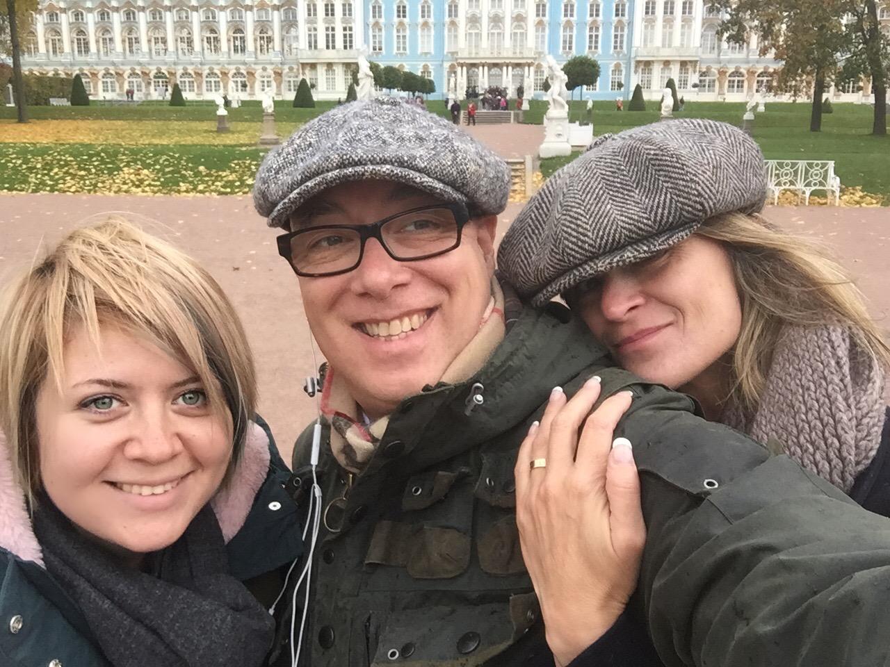 гид с туристами в царском селе