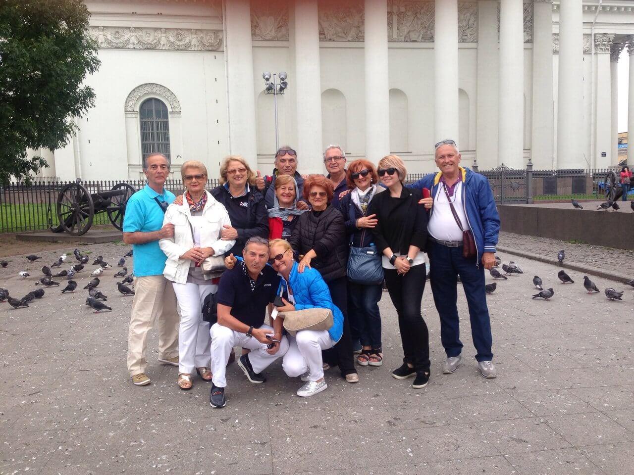 Con dei turisti napoletani davanti alla chiesa di Santa Trinità a San Pietroburgo