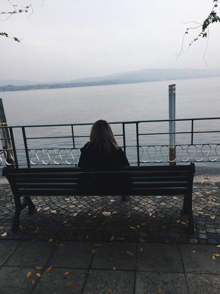 девушка на берегу lago maggiore осень