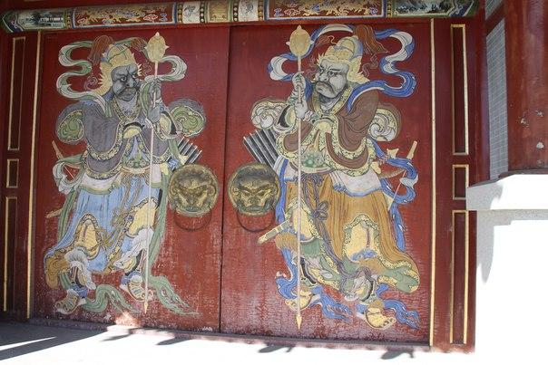 монголия улан-батор буддистский монастырь двери