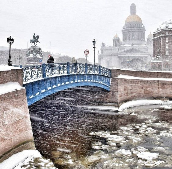 catedral de San Isaac en invierno en San Petersburgo nieve frio hielo