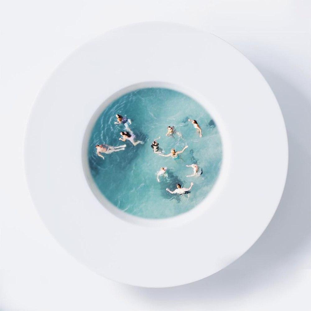 мем люди плавают в тарелке море