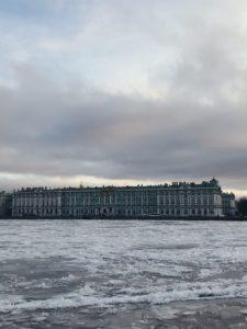 palacio de invierno en invierno con la nieve hielo
