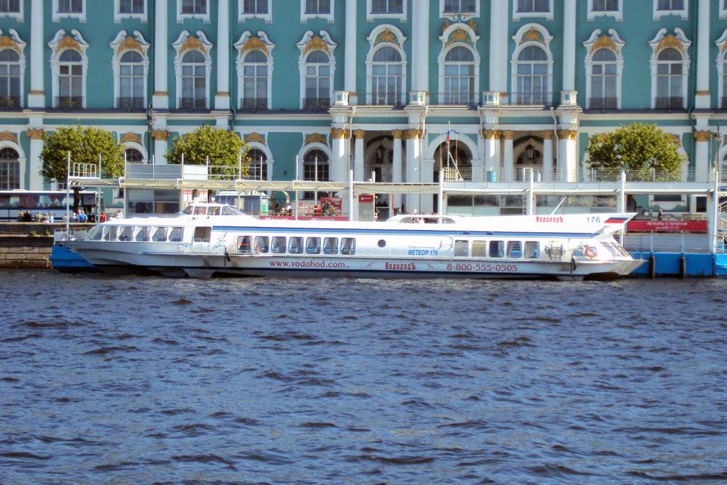 Hydrofoil el barco rapido ir a Peterhof Palacio de verano de Pedro en San Petersburgo donde tomar llega como